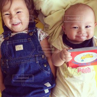 赤ん坊を持っている人の写真・画像素材[815999]