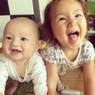 カメラにポーズ赤ちゃんの写真・画像素材[816006]