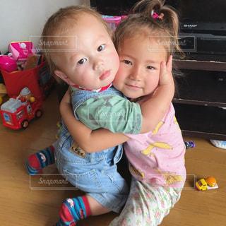 小さな子供は赤ん坊を保持します。の写真・画像素材[816009]
