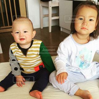 テーブルの上に座って赤ちゃんの写真・画像素材[816011]