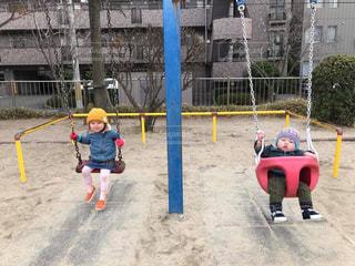 ボールにバットを振る小さな子供 - No.816013