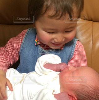 赤ん坊を持っている人 - No.816014