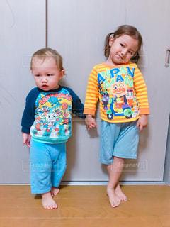 赤ちゃんの前で立っている女の子 - No.816018