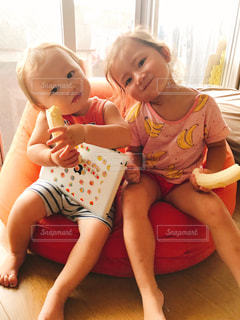 赤ん坊を抱える女性の写真・画像素材[816025]