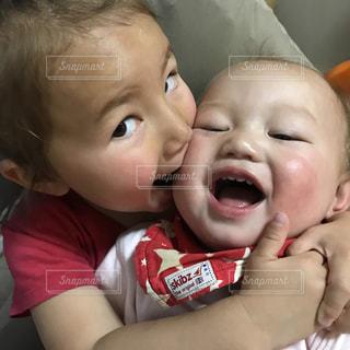 赤ん坊を持っている人の写真・画像素材[816064]