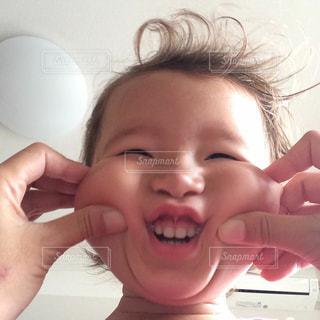 彼女の歯を磨く女性の写真・画像素材[825916]