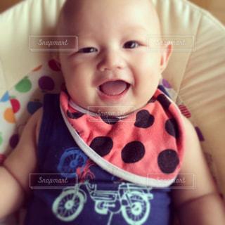 近くに赤ちゃんのアップの写真・画像素材[825920]