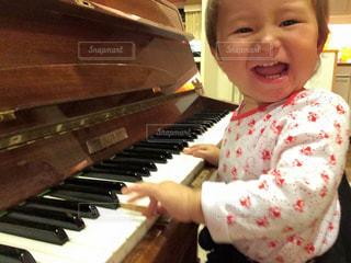 ピアノを持っている人の写真・画像素材[826500]