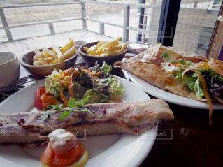 テーブルの上に食べ物のプレートの写真・画像素材[866918]