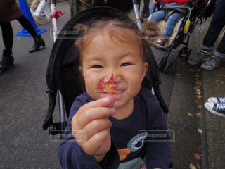 いくつかの料理を食べている女の子の写真・画像素材[869106]