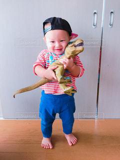 小さな子供は赤ん坊を保持します。の写真・画像素材[888613]