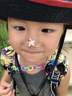 近くに帽子をかぶっている女の子のの写真・画像素材[888630]