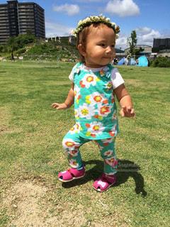 草の中に立っている少女の写真・画像素材[888775]