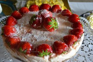 近くに皿の上のケーキのスライスのアップ - No.896692