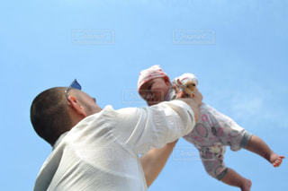 空気中のジャンプ男の写真・画像素材[950296]