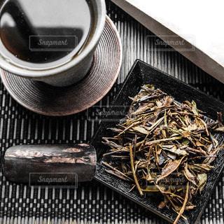 テーブルの上のコーヒー カップの写真・画像素材[1058020]