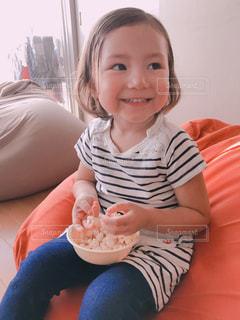 テーブルに座っている少女の写真・画像素材[1058031]