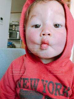 赤いシャツを着て赤ちゃんの写真・画像素材[1146443]