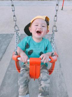 スイングの小さな男の子の写真・画像素材[1159310]