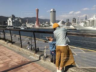橋の上に立っている人々 のグループの写真・画像素材[1176802]