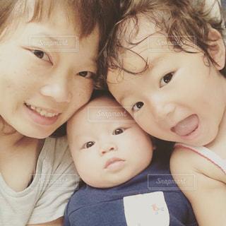カメラにポーズ赤ちゃんの写真・画像素材[1176806]