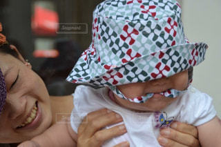 赤ん坊を持っている人の写真・画像素材[1176807]