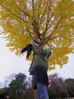 木の側面をスケート ボードに乗って男の写真・画像素材[1176808]