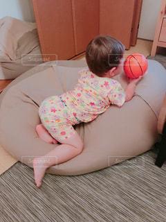 ベッドの上に座っている赤ちゃんの写真・画像素材[1213264]