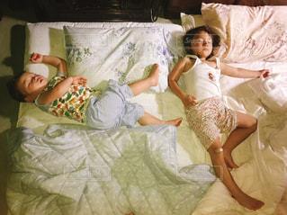 ベッドの上で横になっている人の写真・画像素材[1213268]