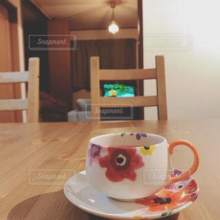 テーブルの上のコーヒー カップの写真・画像素材[1213301]