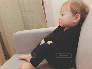 テーブルの上に座って若い男の子の写真・画像素材[1213302]