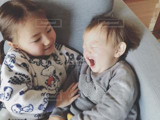 小さな男の子が赤ん坊を保持の写真・画像素材[1213307]