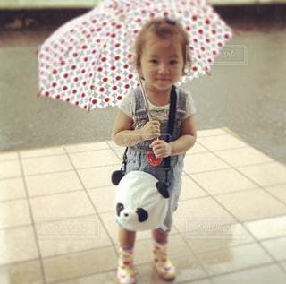 傘を保持している小さな女の子の写真・画像素材[1218130]