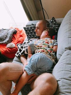ベッドの上に座っている人 - No.1251043