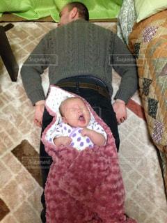 赤ん坊を持っている人の写真・画像素材[1251124]