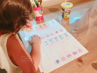 テーブルに座っている女の子の写真・画像素材[1294133]