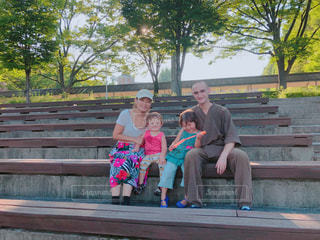 ベンチに座っている人々 のグループの写真・画像素材[1318941]