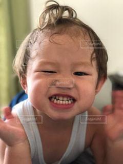 近くに小さな子供をカメラで笑顔のアップの写真・画像素材[1371212]