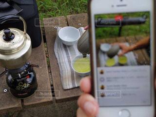 携帯電話を持つ手の写真・画像素材[1433253]