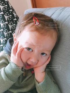 近くに赤ちゃんを保持している人のの写真・画像素材[1440496]