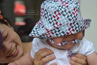赤ん坊を持っている人の写真・画像素材[1454741]