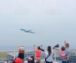 空中に凧の飛行の人々 のグループの写真・画像素材[1454745]