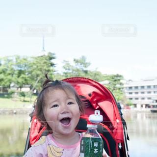 カメラに向かって笑みを浮かべて少女の写真・画像素材[1454766]