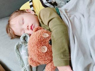 赤ちゃんのベッドの上で横になっています。の写真・画像素材[1621498]