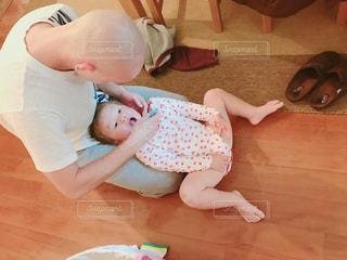 赤ん坊を抱える女性の写真・画像素材[1621503]