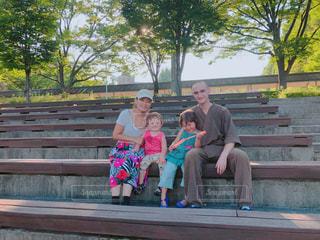 ベンチに座っている人々 のグループの写真・画像素材[1622814]