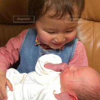 赤ん坊を持っている人の写真・画像素材[1622827]