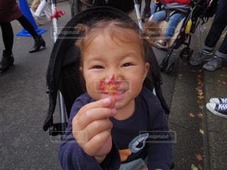 いくつかの料理を食べている女の子の写真・画像素材[1622830]