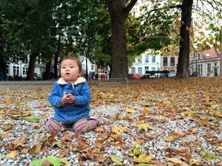 公園で座っている小さな男の子の写真・画像素材[1630470]