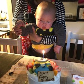 バースデー ケーキでテーブルに座っている少女の写真・画像素材[1672254]